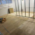 東京都中央区のトレーニングスタジオにて、置床工事を行いました。(フクビ化学工業フリーフロアCP-F)【秀和建工】